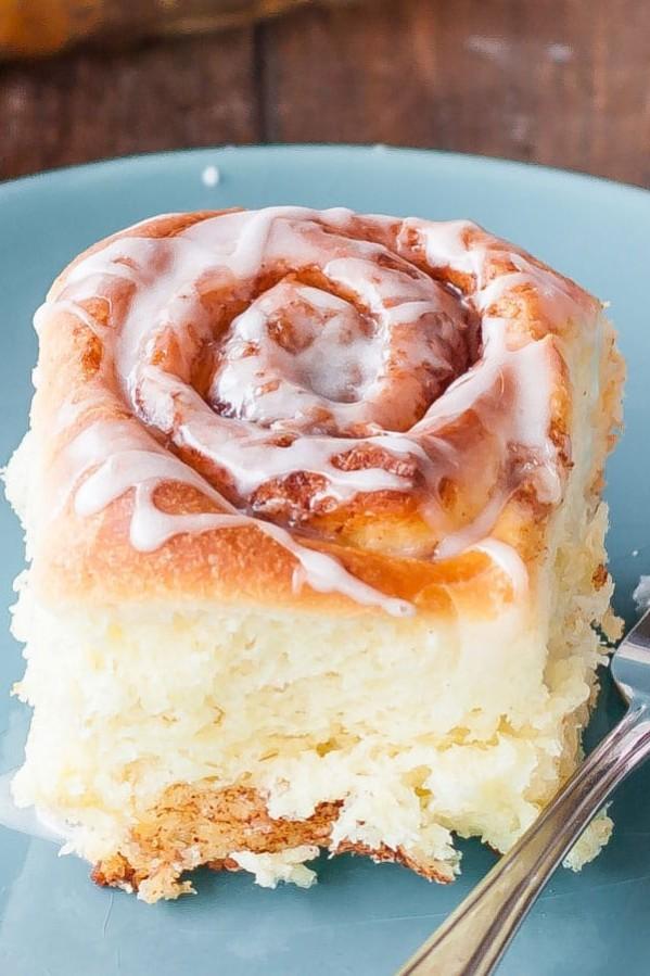 a cinnamon roll on a plate