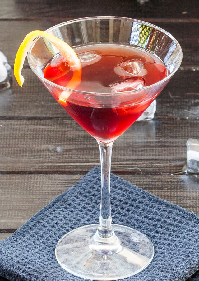 Negroni is a simple and refreshing Italian cocktail made with gin and vermouth rosso. The perfect cocktail for dinner!