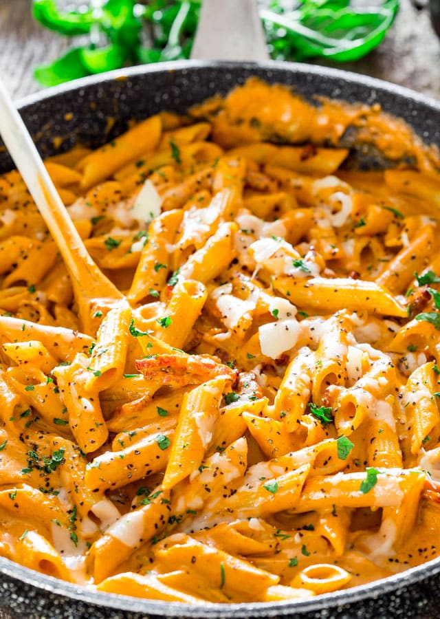Roasted Red Pepper and Pecan Pesto Penne – a delicious pesto sauce made with roasted red pepper and pecans over penne. A very simple pasta dish ready in under 30 minutes.