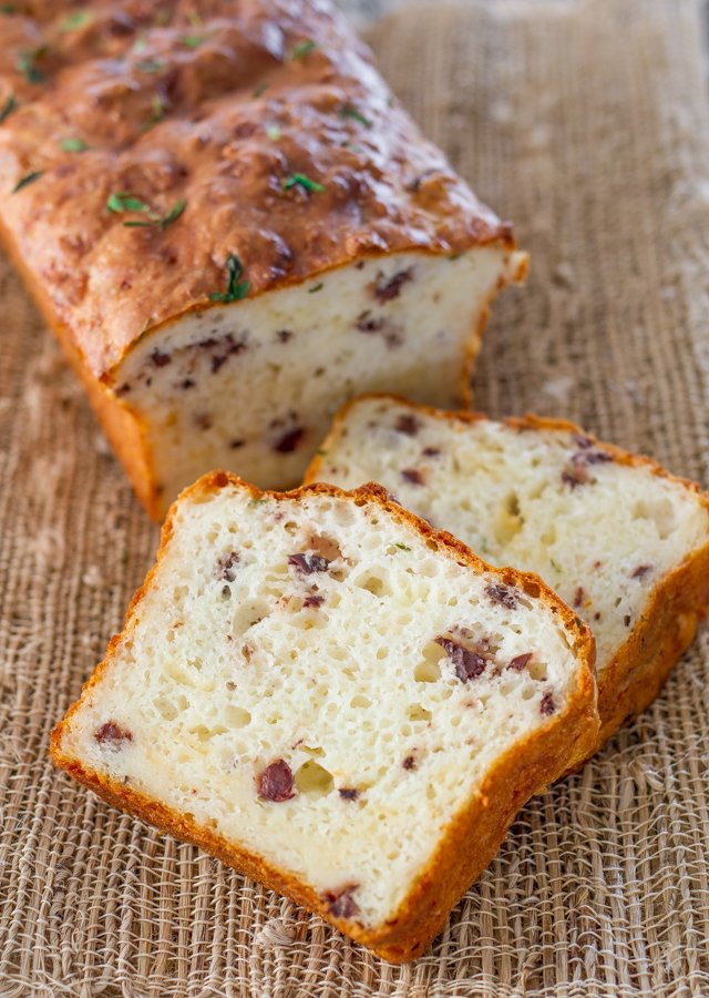This Cheddar Olive Thyme Bread fills your kitchen with wonderful aromas as it bakes. An easy and delicious loaf, perfect combination of ingredients.