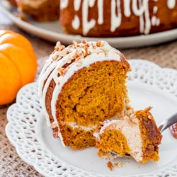 Pumpkin Bundt Cake with Cream Cheese Filling – a delicious bundt cake that tastes like pumpkin pie, with a lovely cream cheese filling then drizzled with a nummy cream cheese icing!