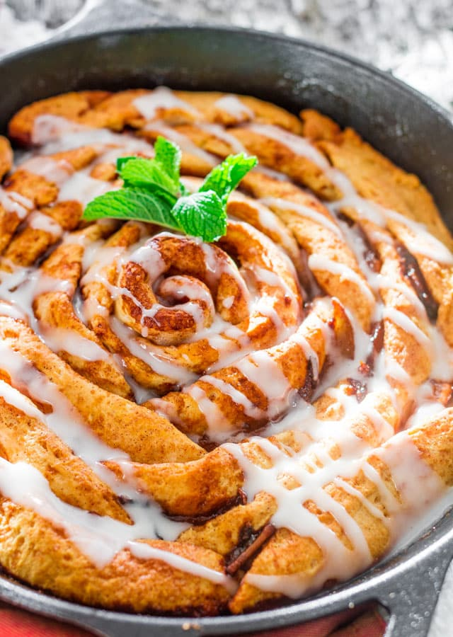 giant-skillet-cinnamon-rolls-with-caramelized-pears-2