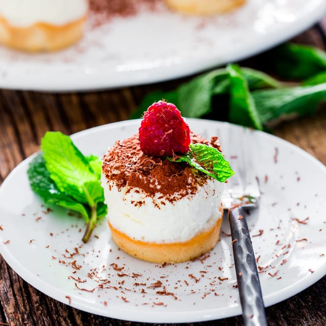 Mini Tiramisu Cheesecakes - mini decadent tiramisu cheesecakes with the classic flavors of the Italian tiramisu. Smooth and creamy, ideal for any occasion!
